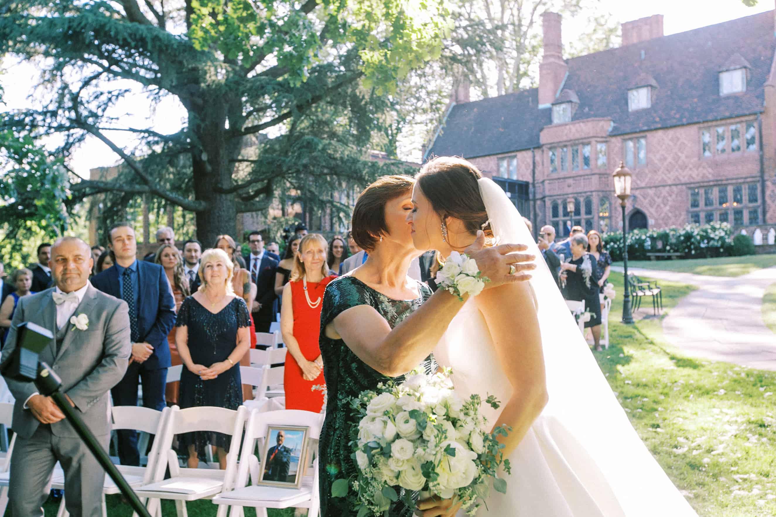 outdoor wedding ceremonies at aldie mansion